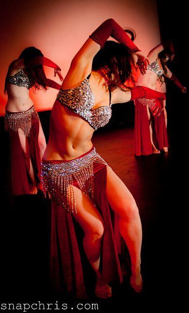 танцующая в стрингах несколько минут