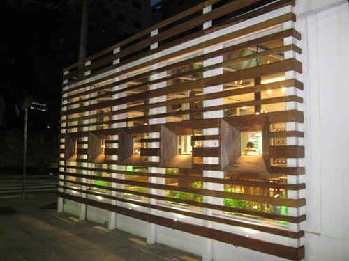 Fachada externa com brise e vitrine focade para Artgusto loja e fabrica de massa fresca.