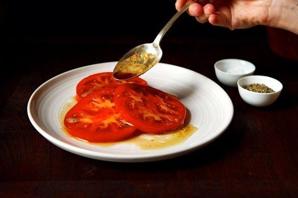 Preparando una ensalada de tomate rosa con...
