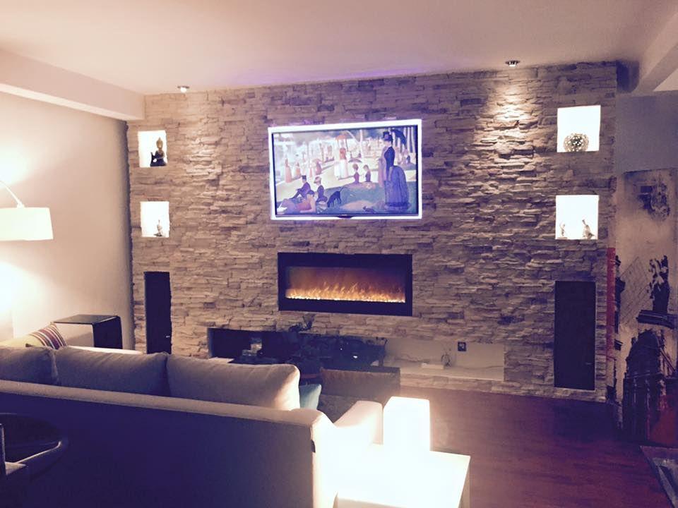 Muro de piedra apilada con tv y chimenea decoraci n casa - Salones con piedra ...