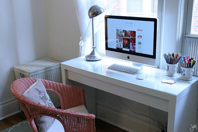 Malm Dressing Table From Ikea Goes Desk Similar To The Larger Much More Expensive Parsons Desk From West Disenos De Dormitorios Dormitorios Decoracion De Unas