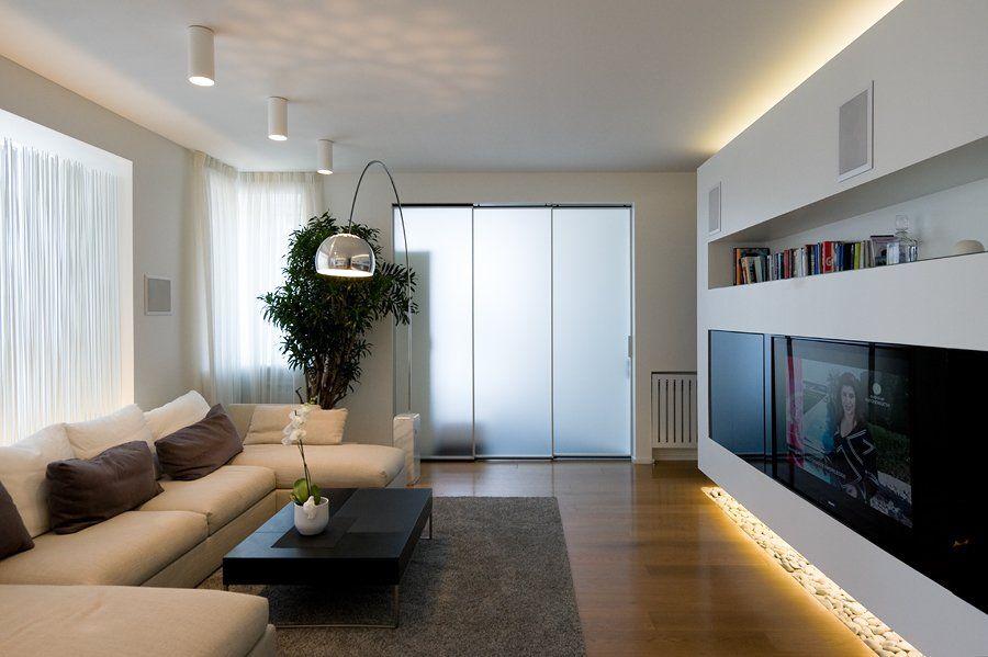 Zwevende wand verlichting boven en onder. tv en haard ingebouwd