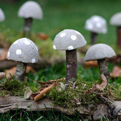 DIY Herbstliche Tischdeko: Wie du Pilze aus Beton selbst machst #herbstlichetischdeko