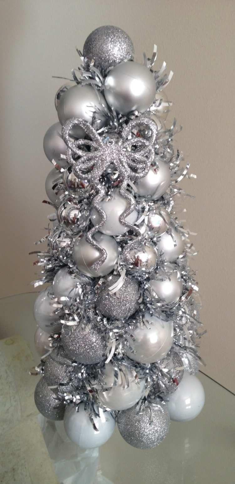 Silberne Weihnachtskugeln.Kunstlicher Weihnachtsbaum Aus Silberne Weihnachtskugeln