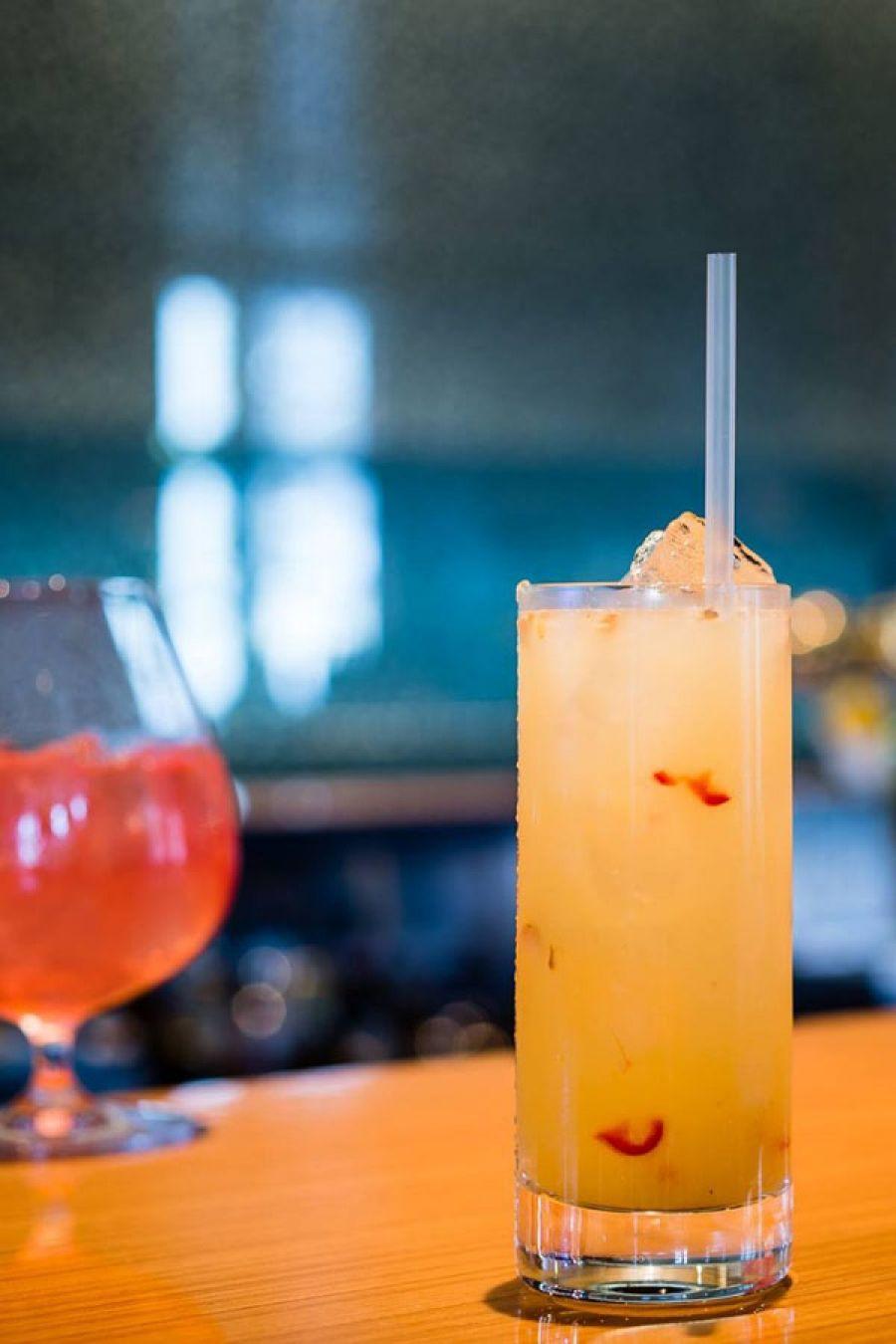Cheers to the weekend! Cocktailbars in Amsterdam | Bar 5&33 in Art'Otel | ELLE Eten