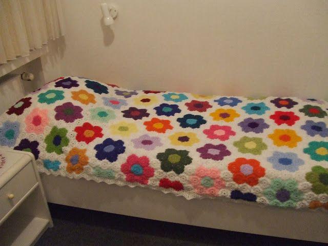 My world of crochet: Blumenhexagon-Tagesdecke: Tadaaah!!!
