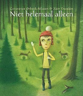 """Niet helemaal alleen  ISBN: 978-94-90035-03-7  Uitgegeven door: Uitgeverij Watervis  Recensiecitaat: """"Niet helemaal alleen"""" is een feestje van een boek [...] """"Niet helemaal alleen"""" is een erg sterke vertelling, want Lars loopt al die tijd nooit alleen door het bos, zo moet blijken… Constance Ørbeck en Akin Duzakin weten hun verhaal erg hoopvol te houden door hetgeen ze aan het eind van """"Niet helemaal alleen"""" laten gebeuren, en dat maakt het boek tot iets uitzonderlijks, maar toch zo gewoon…"""