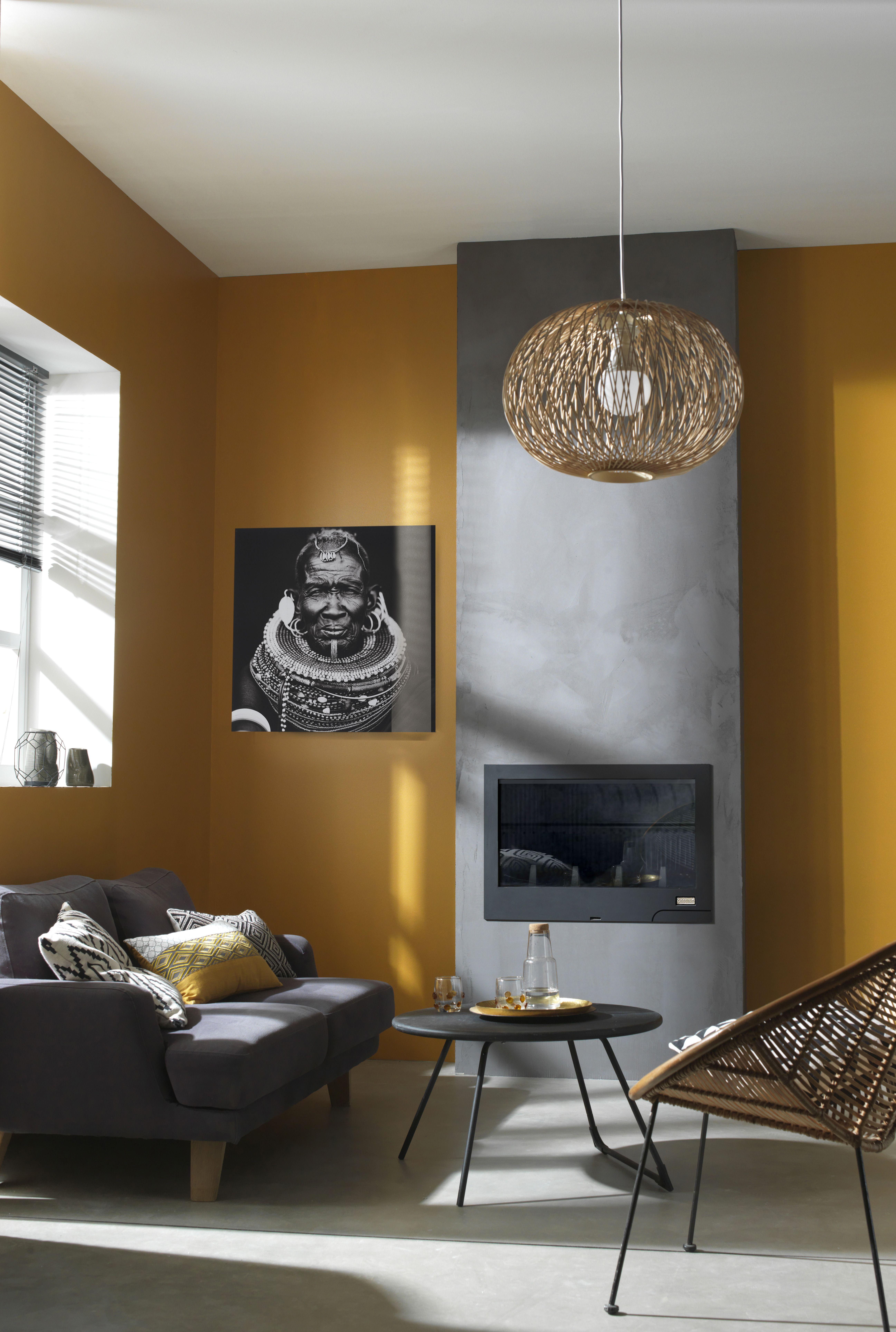 le jaune moutarde sur les murs de votre salon c 39 est la tendance du moment cadres miroirs. Black Bedroom Furniture Sets. Home Design Ideas