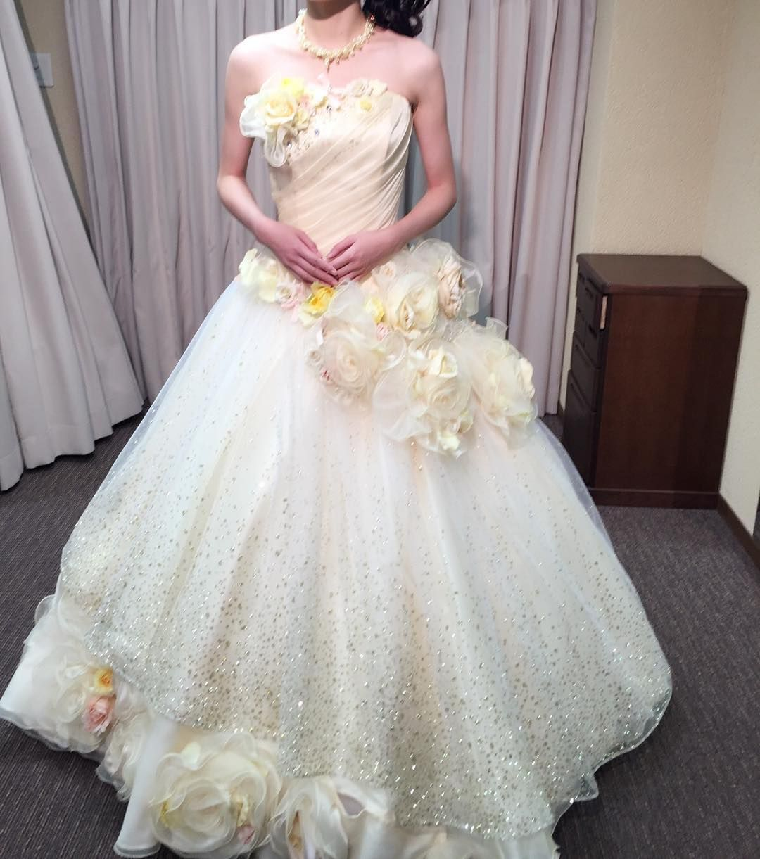 6864003477bf1 ColorDress試着 黄色で大きくて可愛いお花が付いてるドレス 落ち着いた色 ...