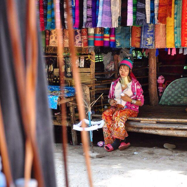 Tribo das mulheres girafa é mais uma das maravilhas e exclusividades da Tailandia. Na mesma cidade de Chiang Mai, onde fizemos o passeio de elefante e estivemos num local com 200 templos - um mais lindo que o outro - pudemos conhecer um pouco da história dessa tribo. Tailândia viagem top #1