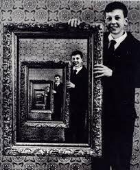 Túnel de Espejos sin Fin. En este truco de los espejos un muchacho está retratado de forma tal que su imágen se refleja una y otra vez hasta el infinito.