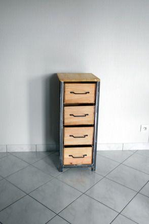 Ce petit meuble de rangement, Chiffonnier en acier et bois s