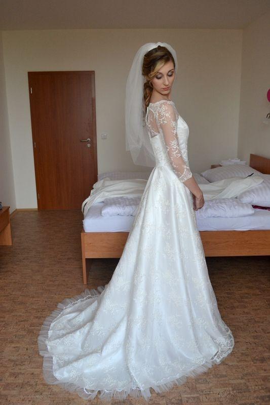 93eb447edb5 Celokrajkové svatební šaty s dlouhým rukávem