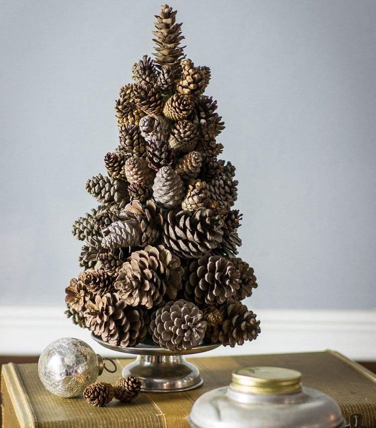 puristischer weihnachtsbaum aus tannenzapfen basteln. Black Bedroom Furniture Sets. Home Design Ideas
