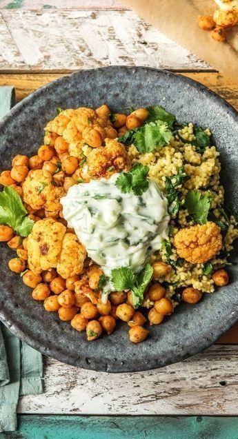 Gemüse-Masala-Bowl mit Spinat-Hirse mit Gurken-Joghurt-Dip. Vegetarisch // Gesund