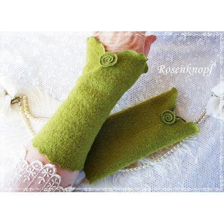 Walkstulpen in Grasgrün mit Walkröschen und versäumten, weich abgerundeten Kanten♥