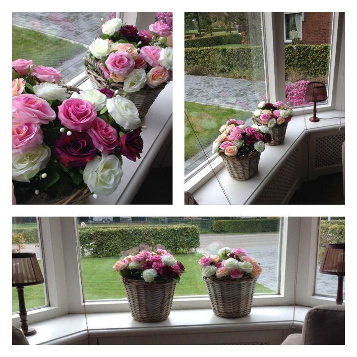 Vensterbank decoratie action rozen in rieten mandjes for Decoratie vensterbank woonkamer