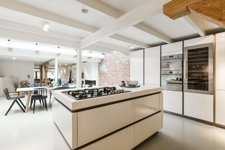 Eettafel In Woonkamer : Eettafel in een woonkamer met open keuken
