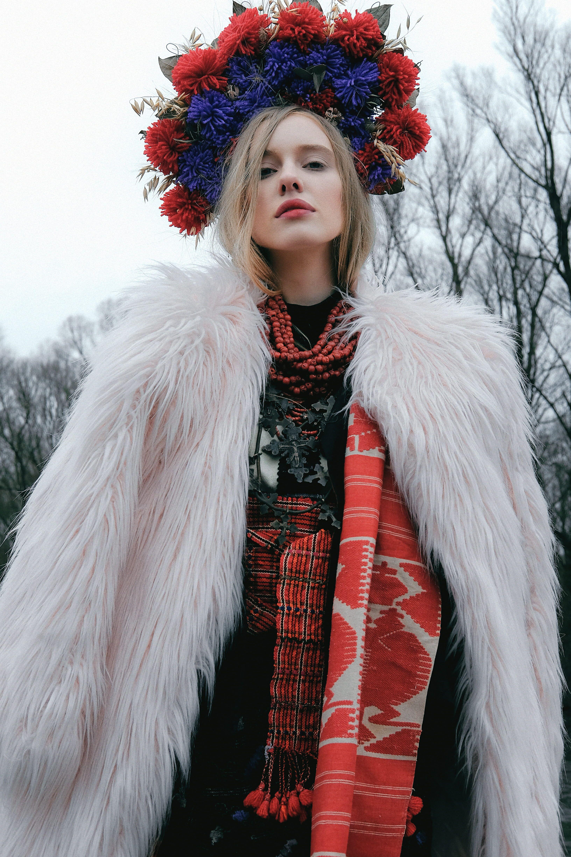 woman wearing white furline coat 4K wallpaper