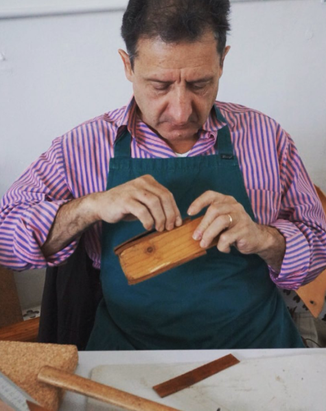 A working day for a  #craftsman  #ConsorzioVeraPelle #vegtanned #vegtan #vegtanleather #leather #tooledleather #pellealvegetale #craftmanship  #handmade #handcrafted #leathercraft #leatherlove #leathers   Image: @consorzioverapelle