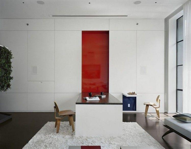 Großer Wandklapptisch Deckt Rote Wand Auf