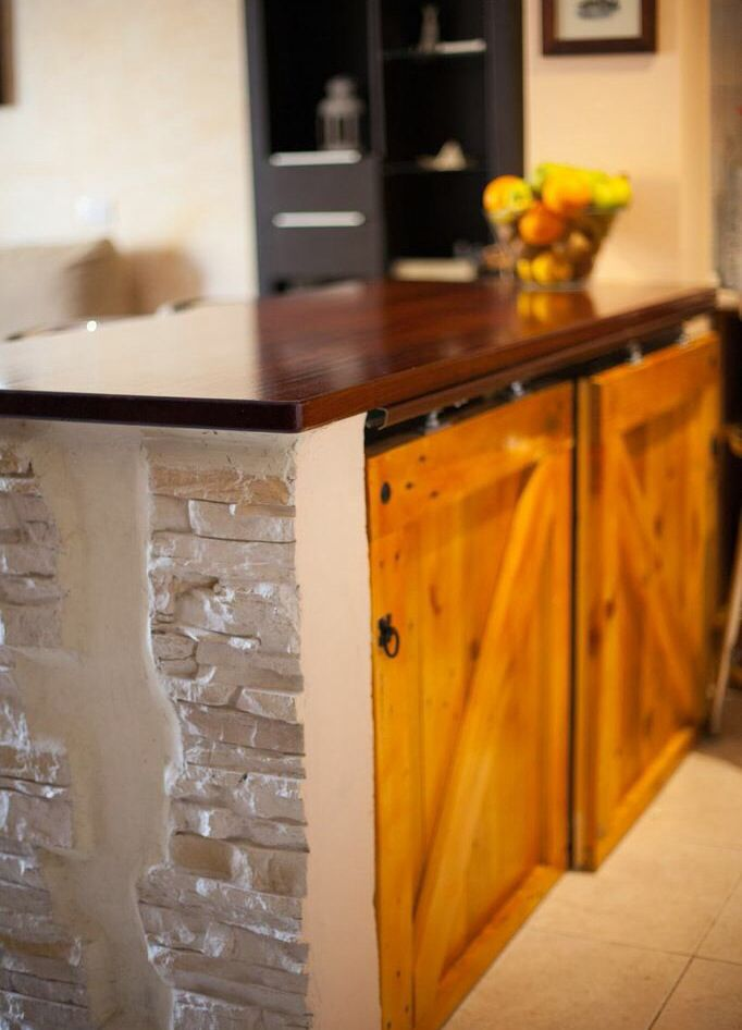 puertas de un bajo mesada hechos con madera de pallets