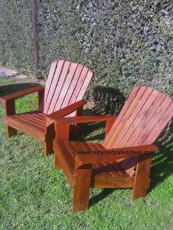 Pallet wood chairs and tables gives repose
