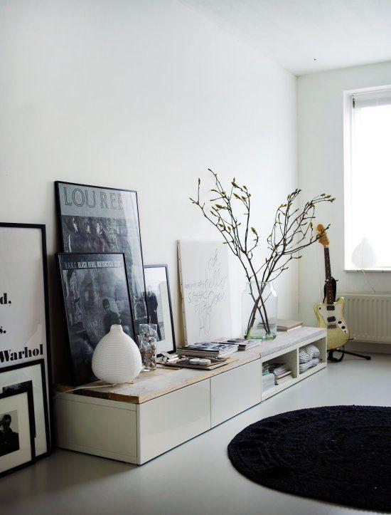 gestellte bilderrahmen bilderpraesentation ikea cabinets with wooden top by vosgeparis via raum. Black Bedroom Furniture Sets. Home Design Ideas