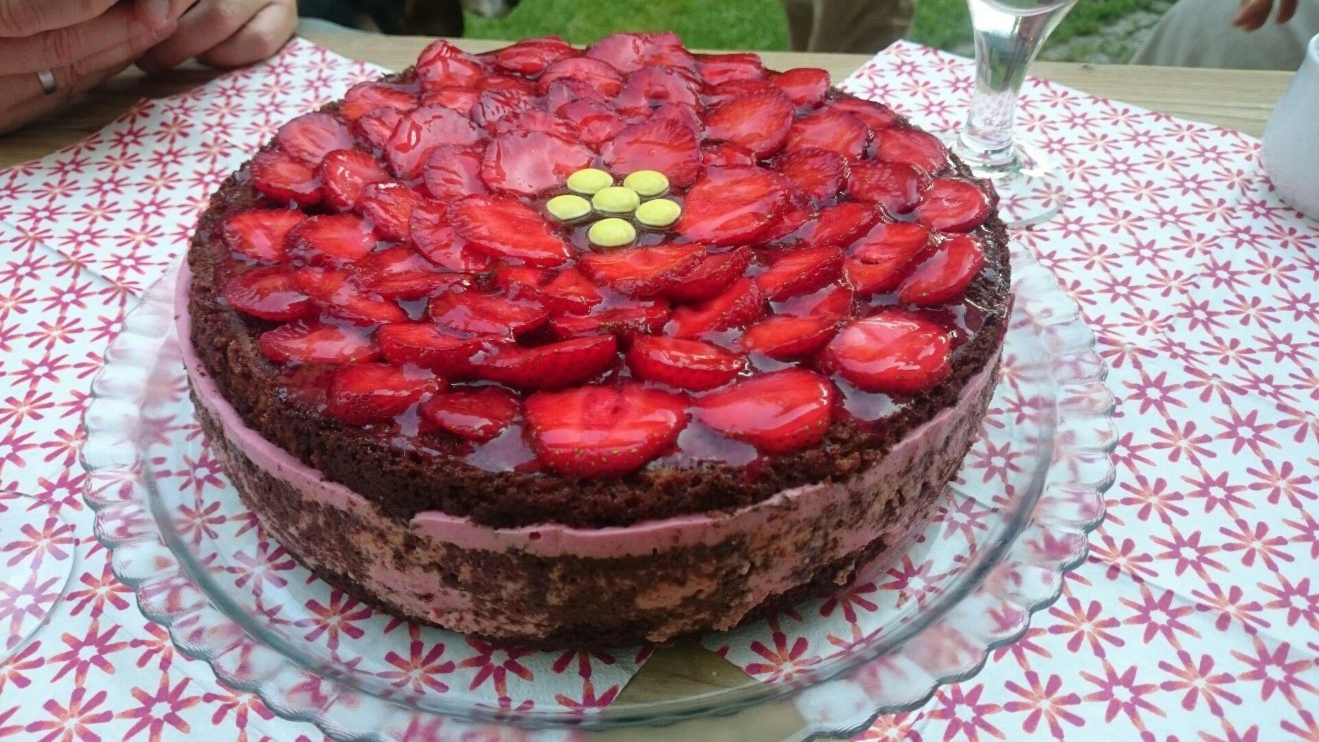 Schoko Erdbeer Torte Aus einfachem Schoko becher kuchen und einer Erdbeer