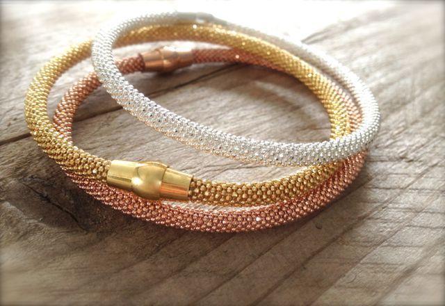 Funkelnde Armbänder mit Magnetverschluss in den Farben rose, gold & silber. 925er Silber bestehend aus kleinen mini aneinander gesetzten Punkten... Zu haben bei: http://de.dawanda.com/shop/Miabrina