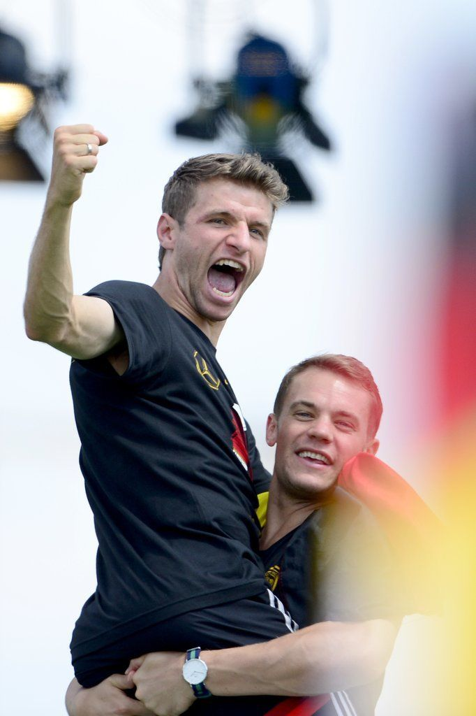 Germany S World Cup Team Really Knows How To Celebrate World Cup Teams Germany Football Thomas Muller