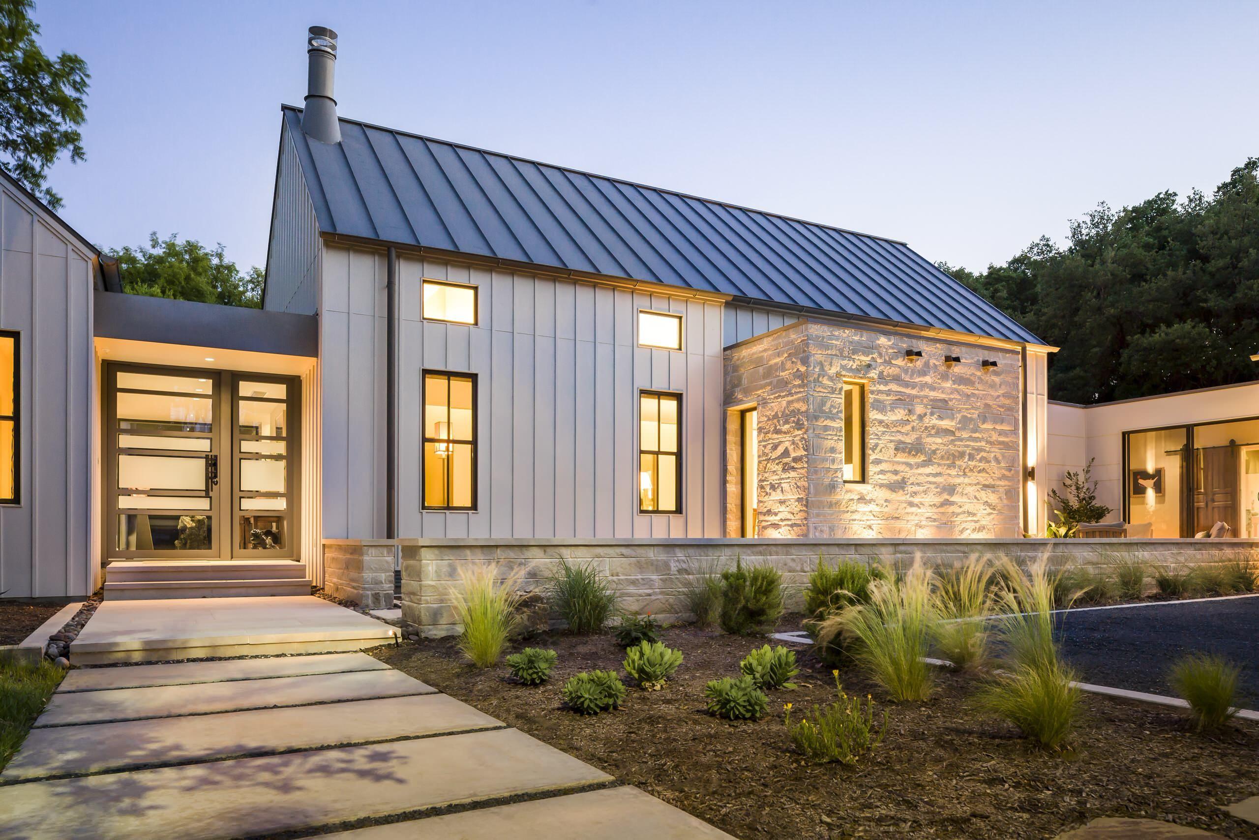 Фасадные панели для наружной отделки дома: разновидности и 80 практичных решений для стильного экстерьера http://happymodern.ru/fasadnye-paneli-dlya-naruzhnoj-otdelki-doma/ Подсветка поможет подчеркнуть фактуру ваших панелей
