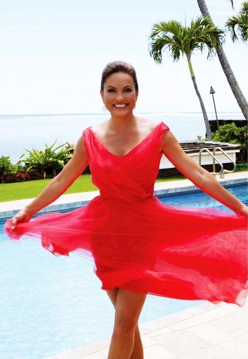 Mariska Hargitay is soooo beautiful and I love that dress.