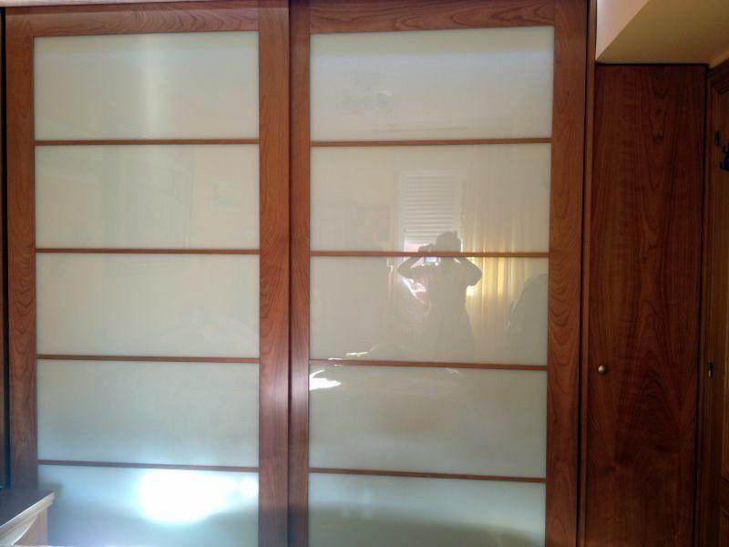 Armario a medida con puertas correderas estilo oriental - Iluminacion interior armarios ...