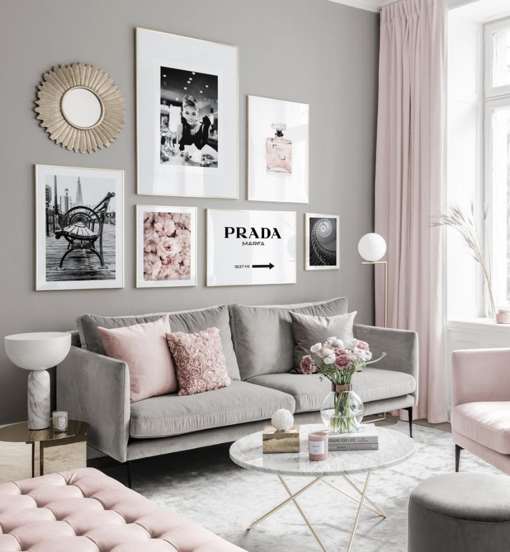 Moderne Bilderwand schwarzweiße Poster rosafarbene Töne Goldrahmen
