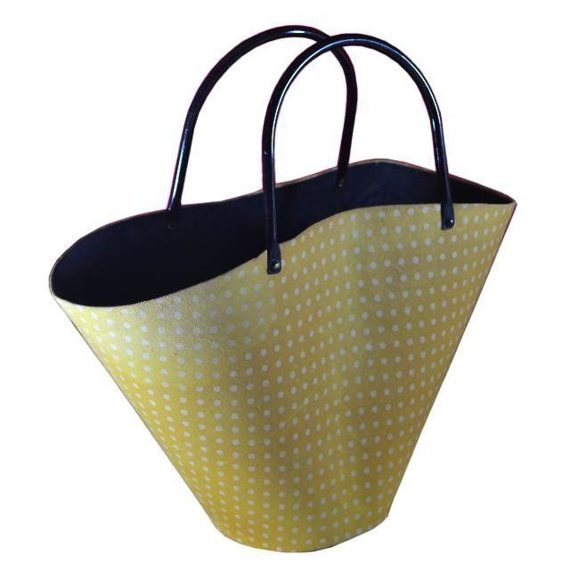 Sac vintage Métal tapissé imprimé coton jaune à pois blancs Anses métal laqué noir Feutrine Début des annees 1960 sac 60's de plage pick nick pin up sac seau panier bag  #sacvintage #vintagebag #pinupbag #sac60's #sacseauvintage #sacpaniermetal #pinup #60's #bag60's  #picknickbag #partybag60's