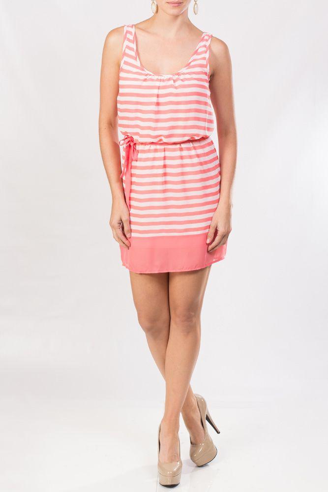 Este vestido KAMI rayado en chiffon coral sin mangas es fantástico ...
