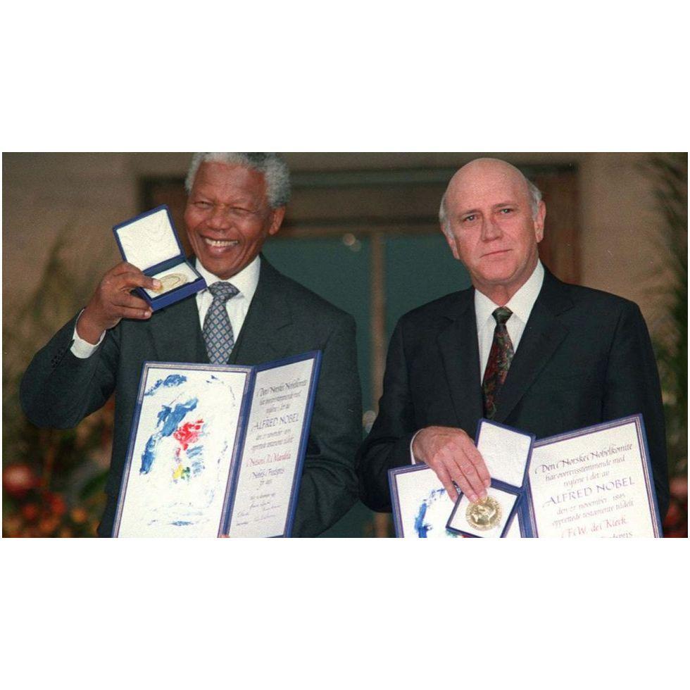 Hechos para reflexionar sobre Nelson Mandela:  La comunidad internacional orquestó una campaña en apoyo de su liberación que dio frutos. Frederik De Klerk, presidente de Sudáfrica, abrió el camino para desmontar la segregación racial, liberando a Mandela el 11 de febrero de 1990 y convirtiéndolo en su principal interlocutor para negociar el proceso de democratización. Mandela y De Klerk compartieron el Premio Nobel de la Paz en 1993. #YZAB #Legado #Mandela