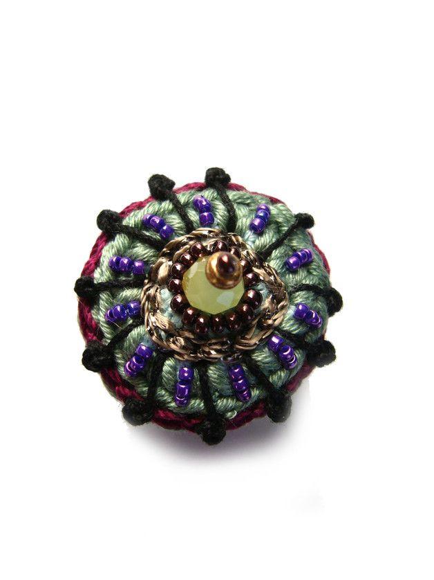 Süßer Häkelring Bestickt Mit Einer Glasperle Und Crochet Rings