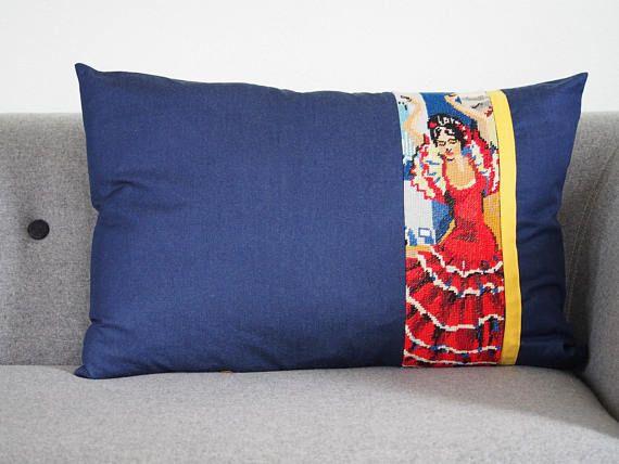 Kussen blauw denim vintage borduurwerk. flamenco danseres kussens