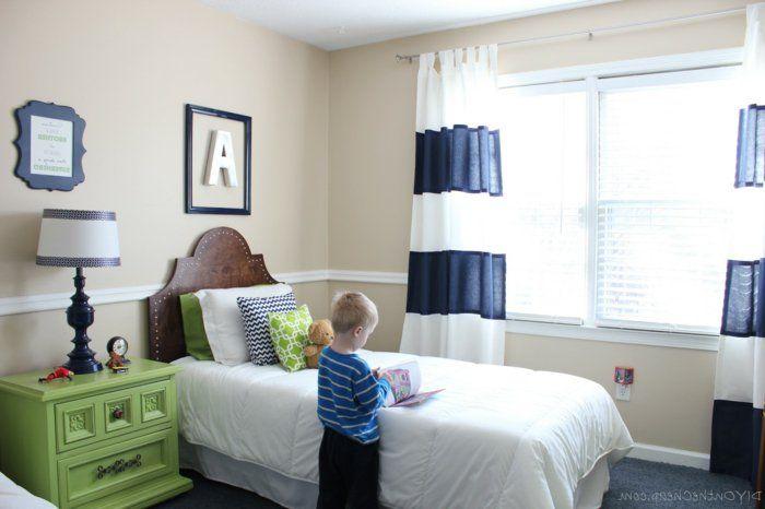kinderzimmer ideen jungs junge liest buch im jungenzimmer grüner - babyzimmer fr jungs