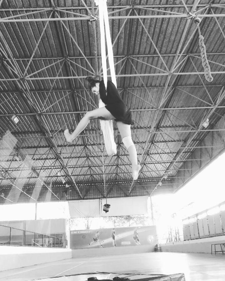 "55 Likes, 3 Comments - Luiza Adjuto (@luadjuto) on Instagram: ""Novas coisitas  #trupemirabolantes #circobrasilia #aerials #aerialsilks #aerialsling #tissuloop…"""