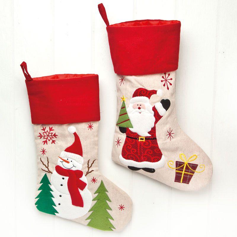 Søde julesokker til kalendergaverne med medsnemand eller julemand. Flot i kvaliteten med bred rød kant med motiverne broderet på sokkerne.Længe på julesokken: 45 cm.