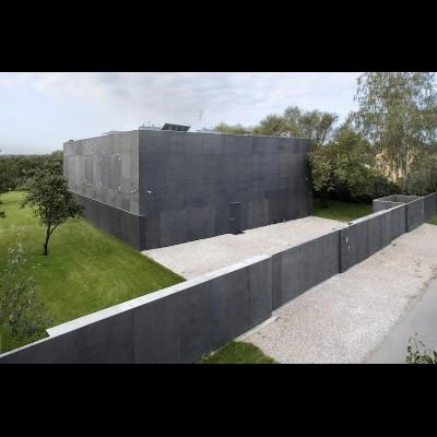 Incredible Fortress Homes With Moats Bullet Proof Glass And Concrete Walls Zombie Proof House Fortress House Architecture