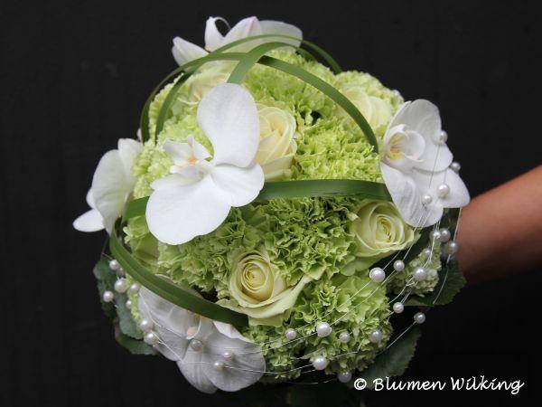 Brautstrauß in grün und weiß mit Rosen, Nelken, und Orchideen. Verziert mit Perlen und Typha. http://blumen-wilking.de