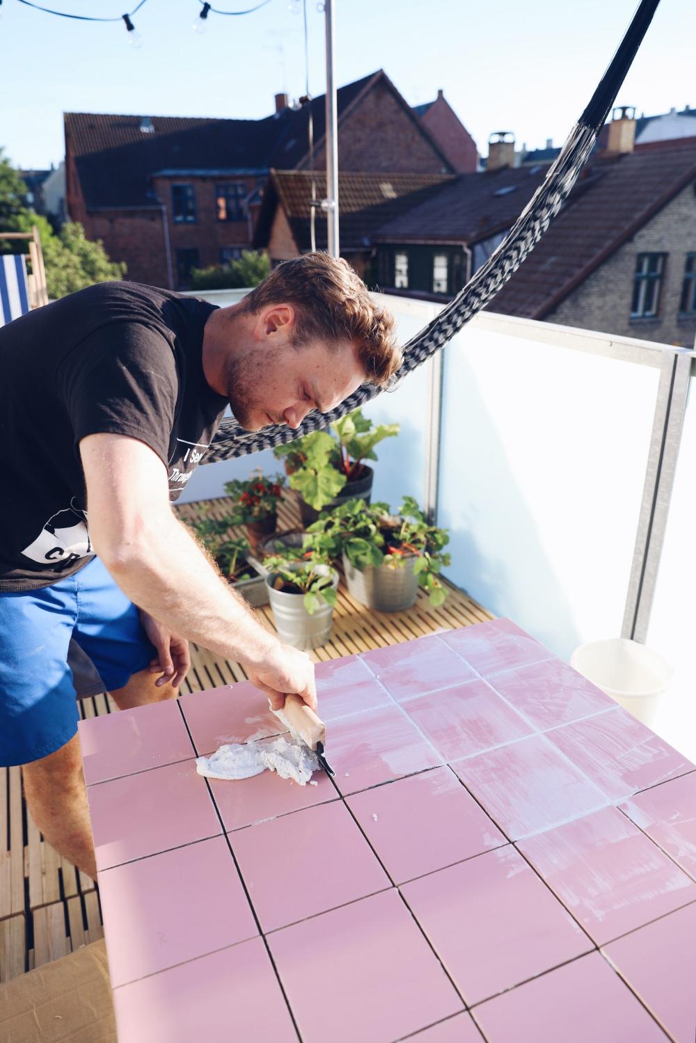 DIY: Havebord med lyserøde fliser