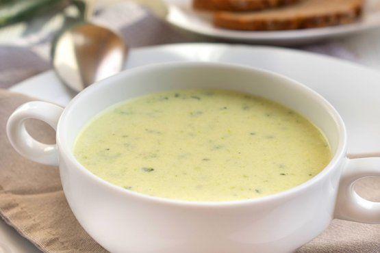 Diese cremige Zucchini-Suppe ist vielseitig zu kombinieren und überzeugt immer. Mit diesem Rezept gelingt sie garantiert.