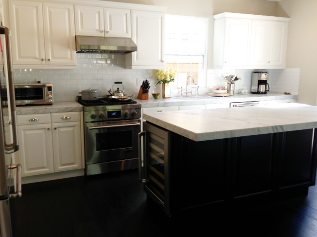 Best Two Tone Traditional Kitchen In Benjamin Moore Edgecomb 400 x 300