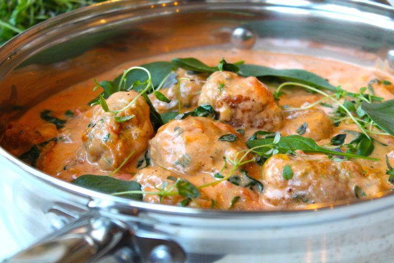 kycklingköttbullar i krämig tomatsås