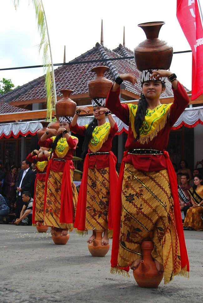 Tarian Tradisional Jawa Barat : tarian, tradisional, barat, Buyung, Cigugur, Indonesia,, Tarian,, Penari